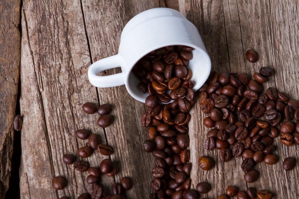 изпечено кафе на зърна в чаша