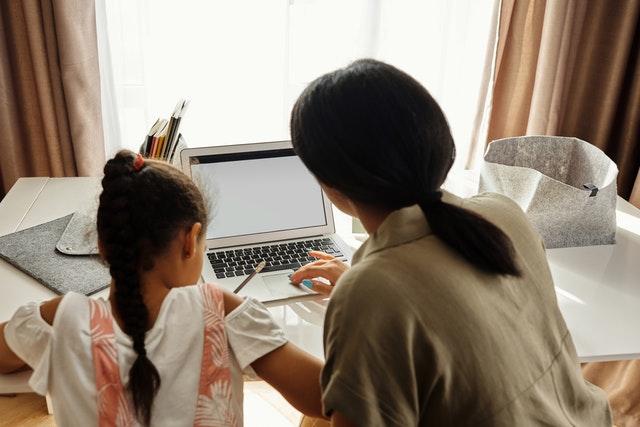 майка и дете учат в кът за учене у дома