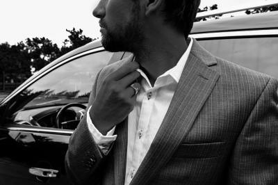 стилен мъж в костюм