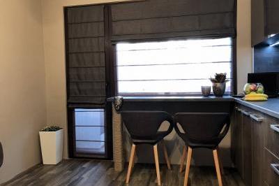 Прозорец с ролетни щори