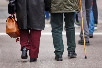 възрастни хора се разхождат на улицата