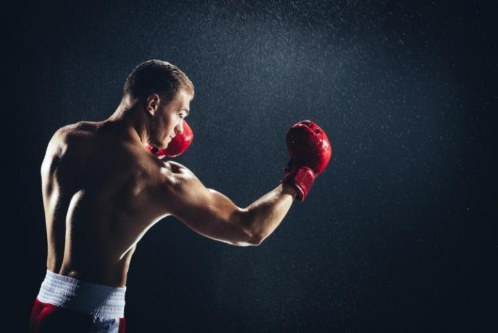 мъж с боксови ръкавици