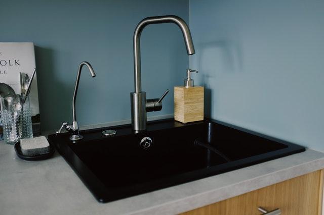 черна кухненска мивка и светъл плот