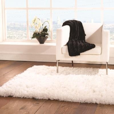 """Всяка стая може да се превърне в безупречна на вид дори много луксозна, когато има мека и топла постелка. Тази роля се пада на килима. Особено, ако го вземете в съответствие със съществуващият интериора. Тя ще подчертае сложността на мебели и придружаващ антураж, макар и да остава нещо като """"обрат"""". Преди да пристъпите към такава стъпка обаче е важно да направите основно почистване на дома. За това може да ви помогне ХАМАЛ.BG."""