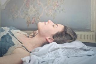 жена спи отпуснато на удобен матрак